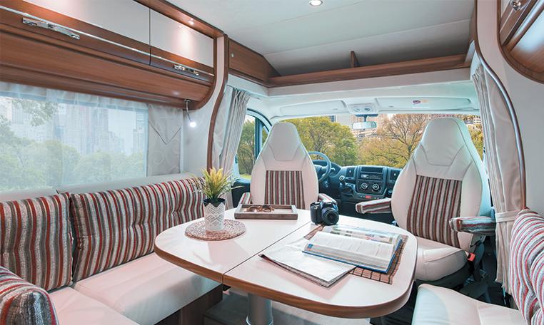 Migrateur 67lg le camping car lit gauche avec grand for Salon camping car