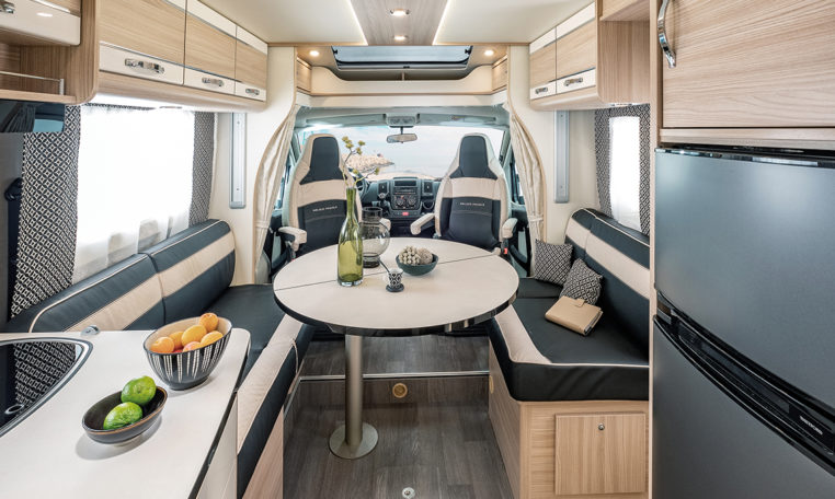 Camping Car 4 Personnes Florium Mayflower Black Pearl 74LMF Salon