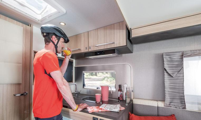 Camping Car Avec Soute Garage Florium Mayflower 69LO Cuisine Personnage